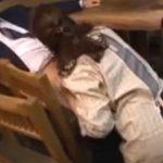 居酒屋の女将さんが泥酔した客のチンポを咥えるおばさんの動画裏無料